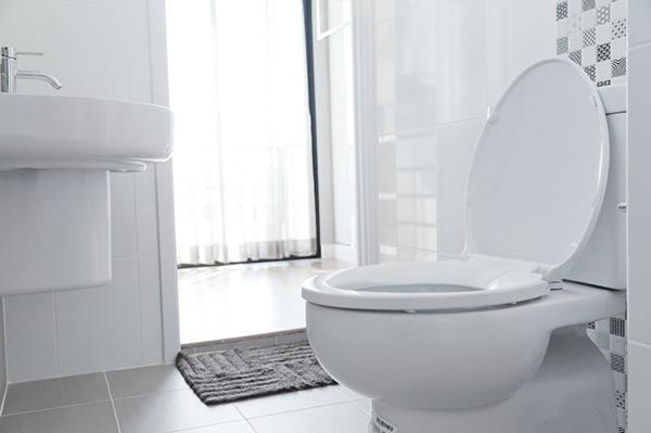 Tẩy uế sạch sẽ nhà vệ sinh